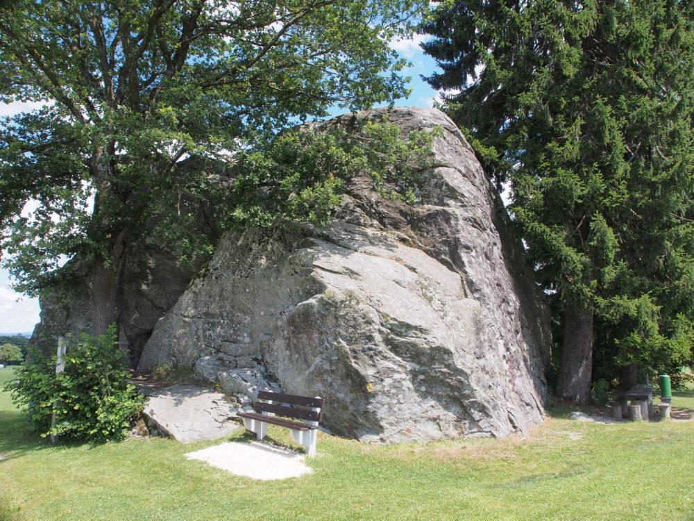 Der Findling Grossi Flue: Mit einem Volumen von 1200 m3 und einer Masse von 3500 t ist er einer der grössten erratischen Blöcke in der Schweiz